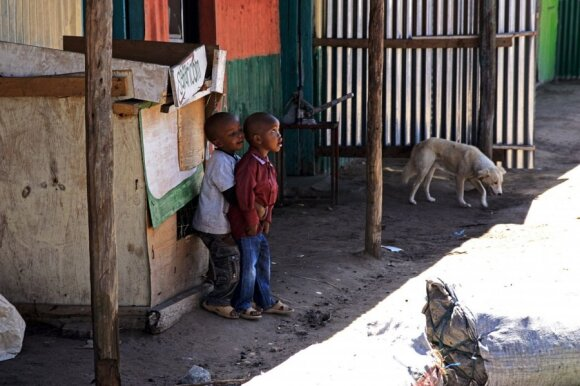 Afrikoje viskas įmanoma: bažnyčios sraigtasparniuose ir Rojus už 10 eurų vertės sms
