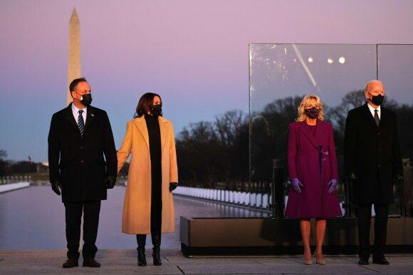 Kamala Harris su vyru ir Joe Bidenas su žmona Jill