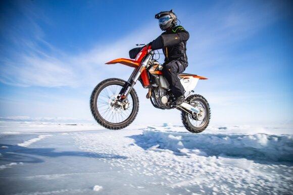 Karolis Mieliauskas su tarptautine ekspedicija motociklu pervažiavo Baikalo ežerą