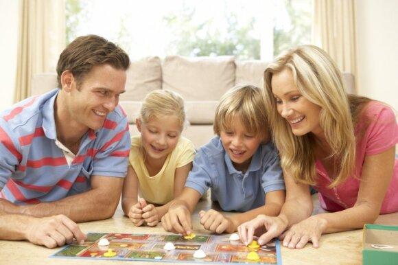 Šeima žaidžia stalo žaidimą