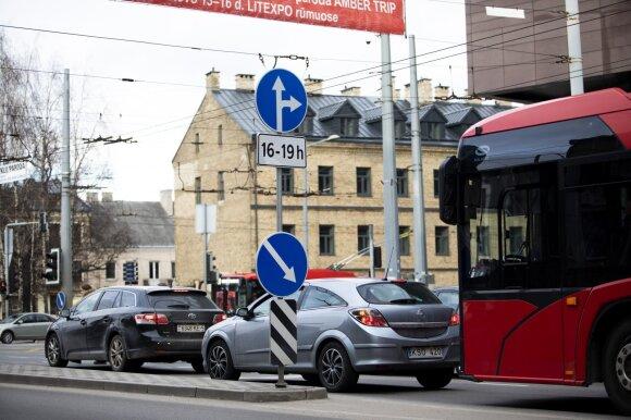 Sankryžose vairuotojai neišvengia klaidų: vieniems koją kišą neapdairumas, kitiems – išgalvotos taisyklės