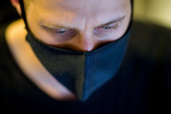 Feisbuke plinta nuotrauka su parduotuvėje rastomis įtartinomis kaukėmis: gydytoja paaiškino, kaip su jomis elgtis