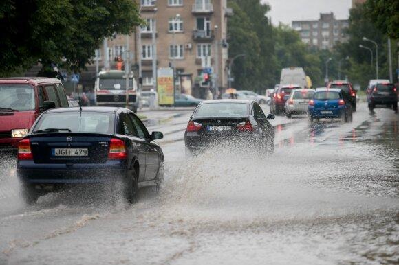 Įvardijo 10 taisyklių, ką daryti, kad vairavimas lietuje netaptų iššūkiu ar eismo įvykiu