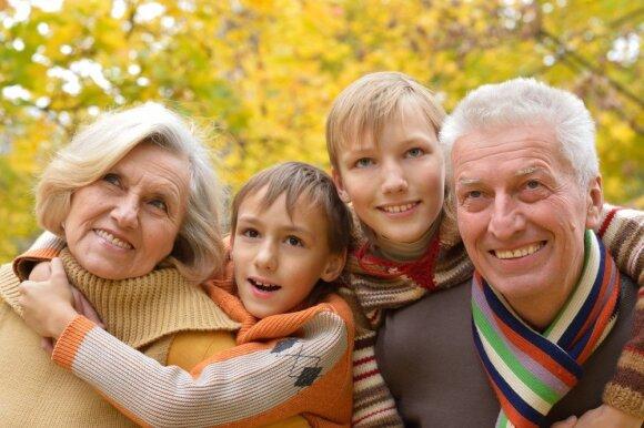 Seneliai su anūkais