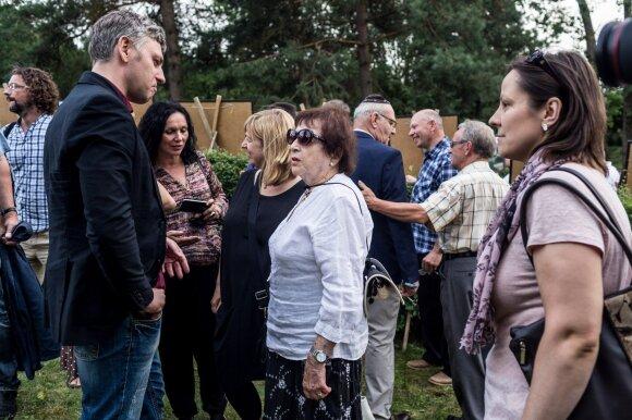 Dramaturgas Marius Ivaškevičius  ir literaturologė, holokaustą pergyvenusi Irena Veisatė Atminties marše Molėtuose