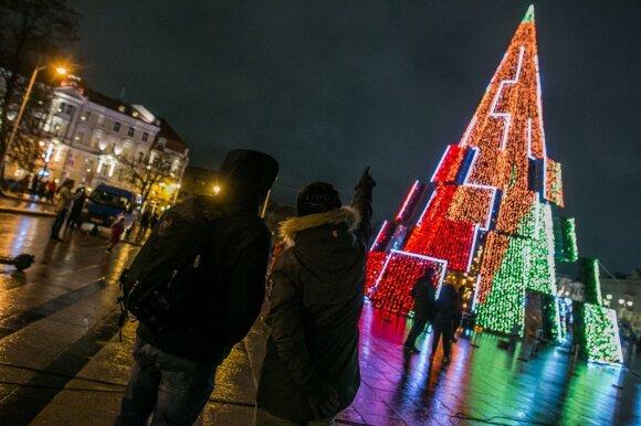 Karantinas? Prie sostinės Kalėdų eglės toliau plūsta minios žmonių, susidarė automobilių spūstys