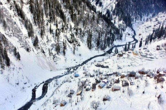 Kašmyre išgelbėta 18 valandų po sniego nuošliauža buvusi palaidota 12-metė mergaitė