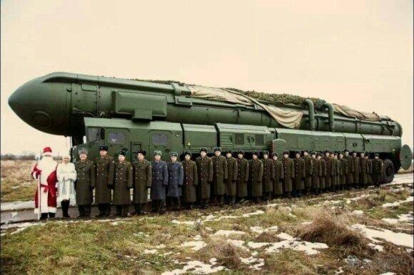 Рогозин поздравил НАТО с Новым годом фото с Дедом морозом на фоне ракеты