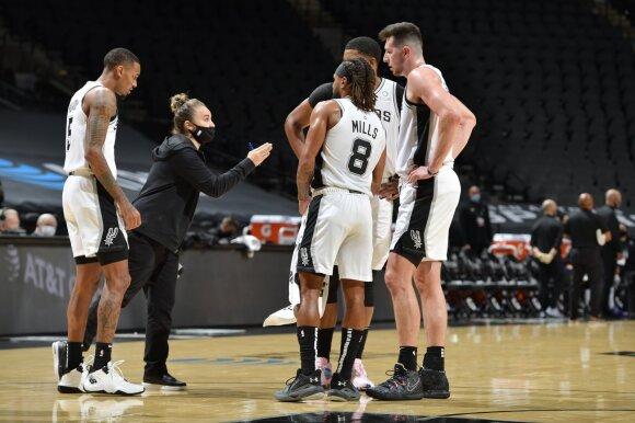"""Becky Hammon ir San Antonijaus """"Spurs"""" žaidėjai"""