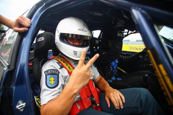 Nuo tokių policininkų pabėgti bus sunku: sėdo prie lenktyninio automobilio vairo