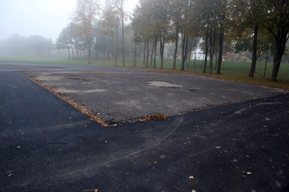 Kauniečiai į 2 mln. vertės rekonstrukciją bado pirštais: stadionas sugadintas, vaikams pavojinga žaisti