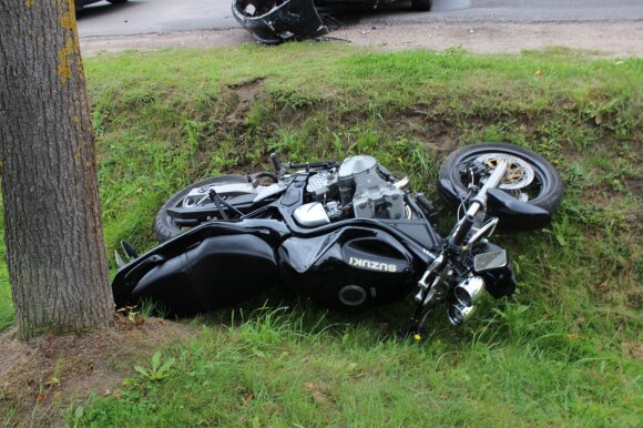 Automobilį lenkęs motociklininkas lūžius ir traumas gydosi ligoninėje