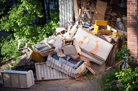 Baldų atliekos išmestos lauke