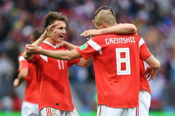 Aleksandras Golovinas (kairėje) su komandos draugais