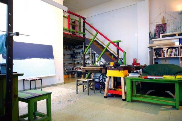 Tapytoja E. Gineitytė nenorėjo, kad ši patalpa būtų vien kūrybos studija – čia dailininkė ir vyras Andrius mėgsta tiesiog būti ir kurti neskaičiuodami valandų