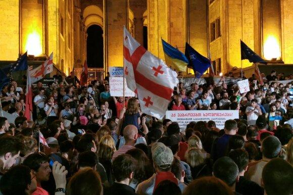 Tūkstantinė minia Gruzijoje šturmuoja parlamentą