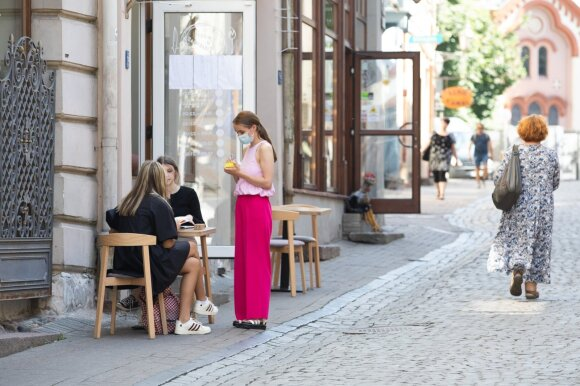 Vilnius, karantinas,pandemija,žmogus, žmonės,lauko, kavinė, darbuotojas,padavėja,