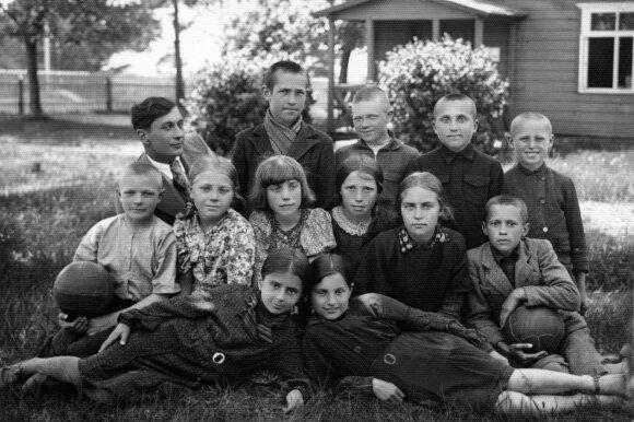 Būtingės pradžios mokyklos 4 klasę pabaigus 1940 05 15. 1-oje eilėje – Aldona ir Laimutė Bagdonavičiūtės, 3-oje eilėje pirmas iš kairės – mokytojas F. Liulys