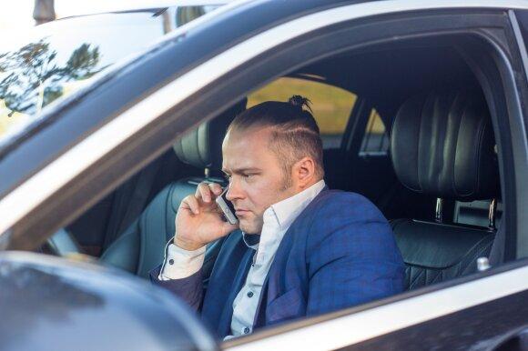 Vyras prie vairo