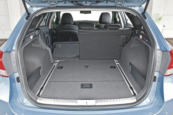 """""""Hyundai i40"""" bagažinės talpa siekia iki 1719 litrų - neblogai, tačiau vidutinės klasės automobiliui vis dėlto šiek tiek per mažai"""