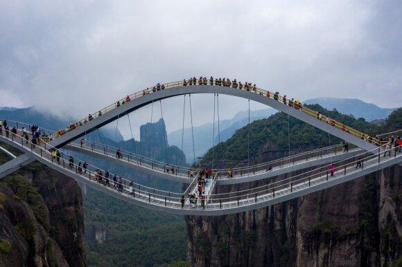 Kinijoje atidarytas 100 m ilgio banguotas tiltas, kuris vieniems kelia baimę, o kitiems atrodo netikras