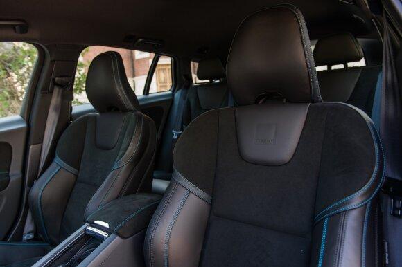 """Nežmoniškai patogūs sportiniai krėslai išsaugo """"Volvo"""" tradicijas ir puikiai prilaiko posūkiuose."""