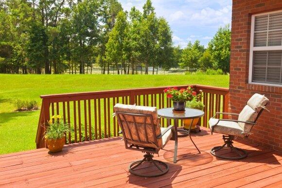 Atidarome lauko terasas: kokie baldai tinka lietuviškai vasarai?