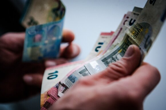 Bankams uždarant skyrius yra darančių kitaip – dalija korteles ir paskolas