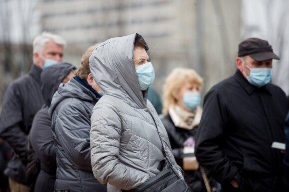 Žmonės būriuojasi prie vakcinavimo centro Vilniuje