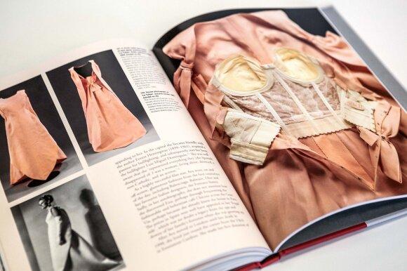 C. Balenciagos kurtos suknelės nesudėtingos atrodo tik iš pirmo žvilgsnio. Visai neseniai ištyrinėjus jas rentgenu, paaiškėjo itin sudėtingos jų konstrukcijos.