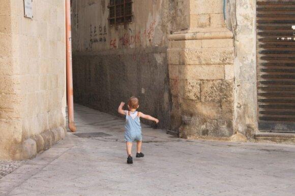Kokių klaidų nedaryti atostogaujant su vaikais užsienyje: patyrusio keliautojo patarimai