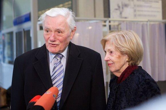 Balsuoja kadenciją baigęs prezidentas Valdas Adamkus su žmona Alma Adamkiene