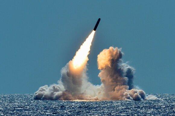 """JAV atominis povandeninis laivas leidžia tarpžemyninę balistinę raketą """"Trident II"""""""