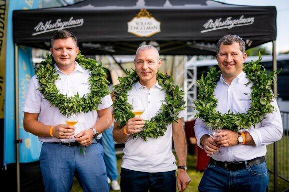 Volfas Engelman bravoro generalinis direktorius Marius Horbačauskas (dešinėje) ir aludariai Petras Sadovskis bei Giedrius Valančius