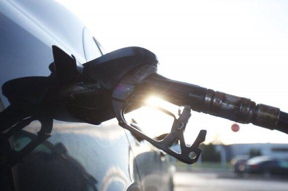 Kiek galima nuvažiuoti tuščiu automobilio baku?