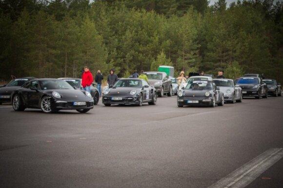 """1000 km lenktynių trasoje - 40 greitųjų """"Porsche"""" automobilių"""