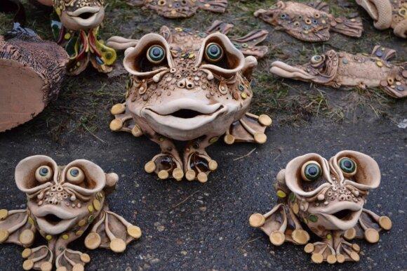 Kam trūksta tikrų varlių kieme - gali pasipuošti keramikinėmis.