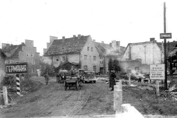 """Rytų Prūsijos miestas Eitkūnai (dab. Černyševskyje) šalia Kybartų. Dešinėje užrašas: """"Raudonosios armijos kary, prieš tave fašistinio žvėries irštva""""."""
