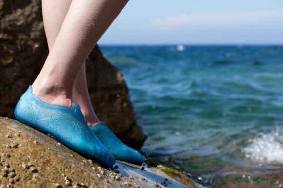 Paplūdimio avalynė: kiek ir kokios įsimesti į atostogų lagaminą?