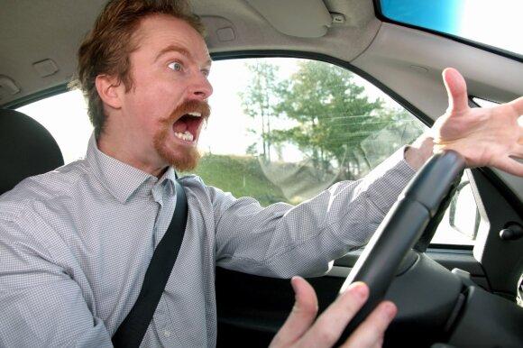 Kultūra šalies keliuose: vairuotojai mirksi šviesomis ir burnoja, o vėliau tikisi, kad juos praleis
