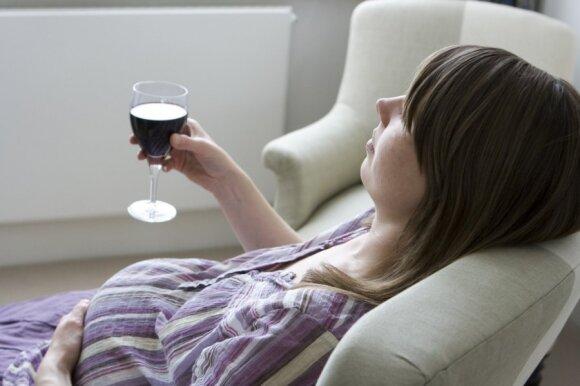 Nėščioji geria raudoną vyną