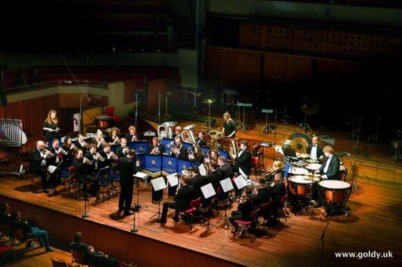 Diana groja su Sekmadieniniu vario dūdų orkestru