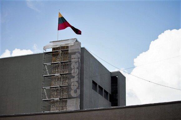 Gelbsti griūvantį Juozo Miltinio dramos teatro bokštą