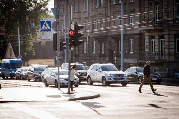 Dvi taisyklės, padėsiančios rudenį gatvėse neaplamdyti nuosavo automobilio