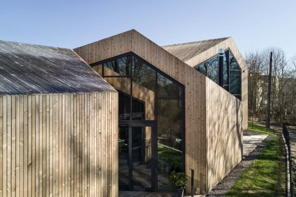 8 arų sklype stovintis namas suprojektuotas taip, kad neužstotų gamtovaizdžio nei šeimininkams, nei artimiausiems kaimynams