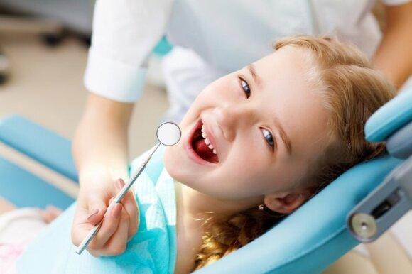 Daugelis tėvų nesureikšmina, jei genda pieniniai dantys: odontologė tai vadina didele klaida