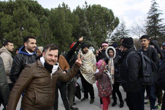 Po tragiškos nakties Turkija atveria vartus, šimtai migrantų jau plūstelėjo Europos link