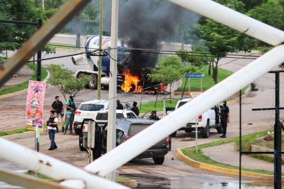 """Tarp Meksikos pareigūnų ir """"Sinaloa"""" kartelio kilo mūšis"""