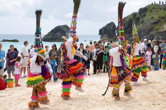 """""""Gombey"""" šokėjai Bermudų paplūdimyje"""