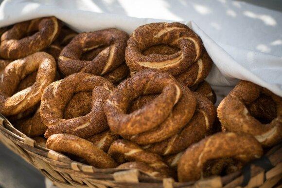 """Turkiški riestainiai """"simit"""", kuriuos pardavinėja visi kas tik gali. O patys skaniausi ryte, kai dar karšti."""